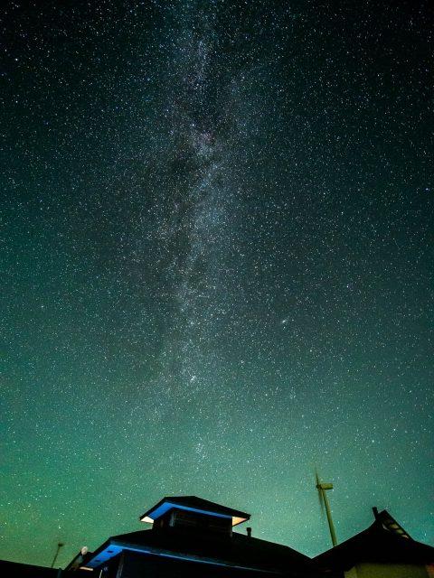 里美ウインドファームの風車とプラトーさとみと星空