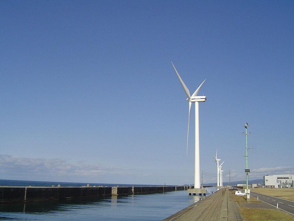 水上に建設されたJRE酒田風力発電所の風車