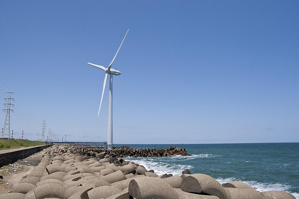 ウインド・パワーかみす第1洋上風力発電所の海上に設置された風車