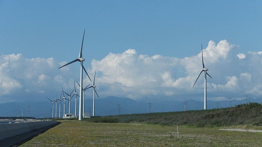 秋田県能代市浅内浜から見た能代風力発電所の風車群