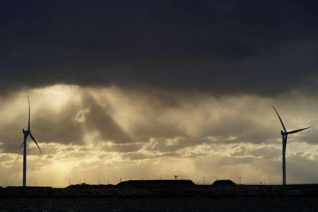 雲の中からの光と秋田港ウインドファームの風車