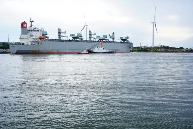 秋田港の船と風力発電の遠景