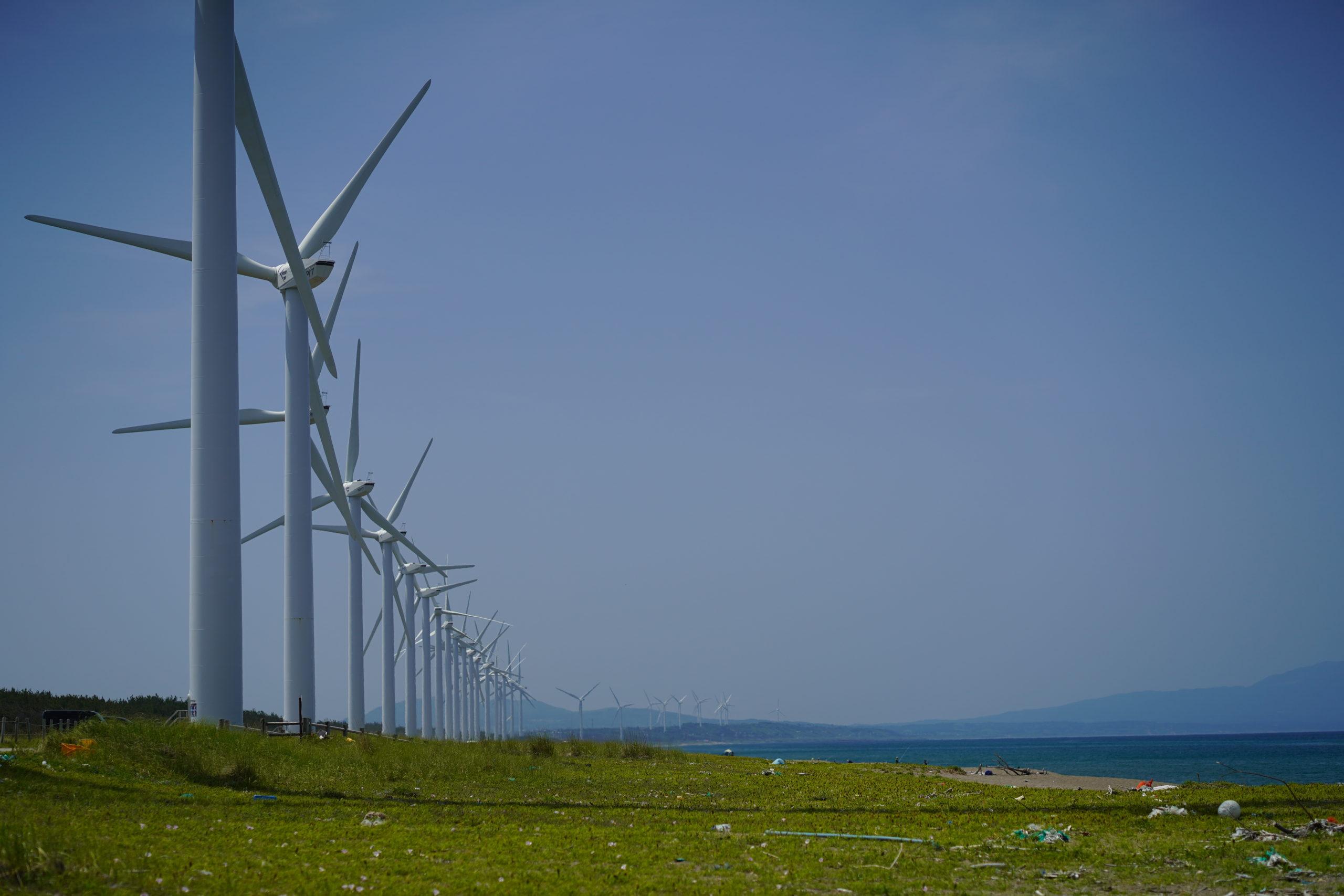 初夏の釜谷浜海岸と風車