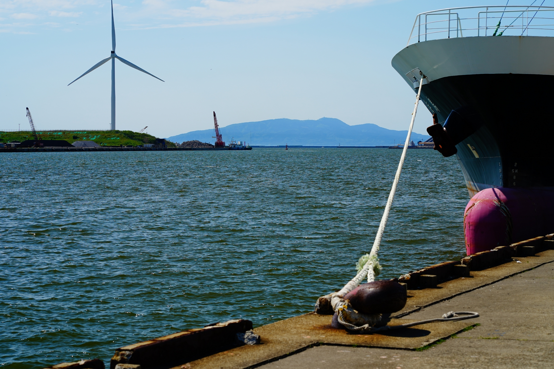 秋田港に停泊中の船と風車