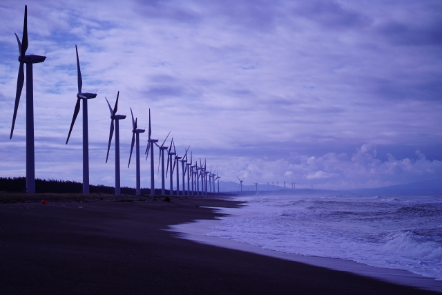 秋田県三種町の釜谷浜海岸の風車