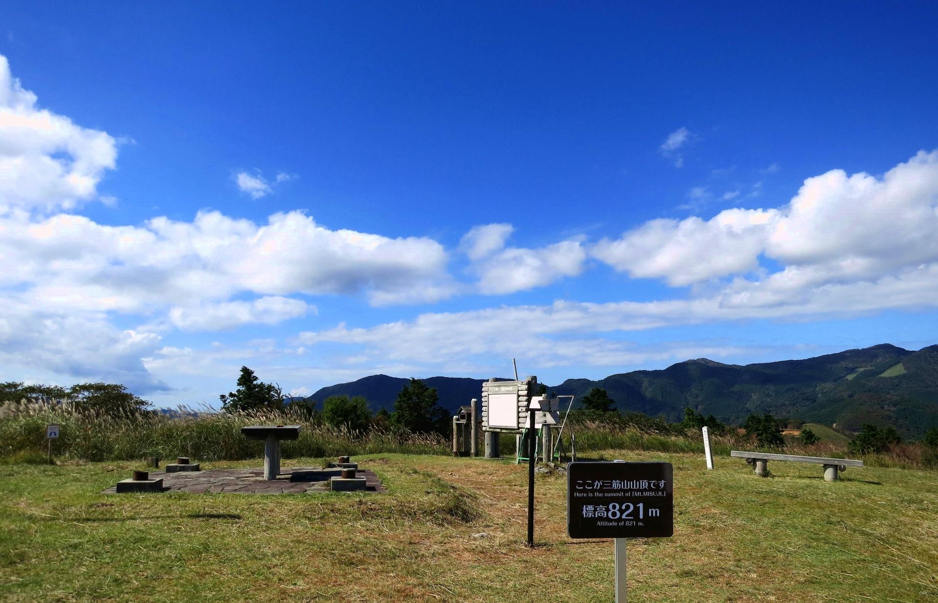 三筋山山頂のベンチや案内板などの風景
