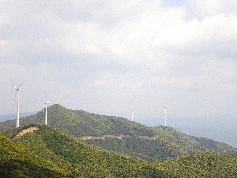 丹那山展望所から見た新上五島ホエールズウィンドシステムの風車