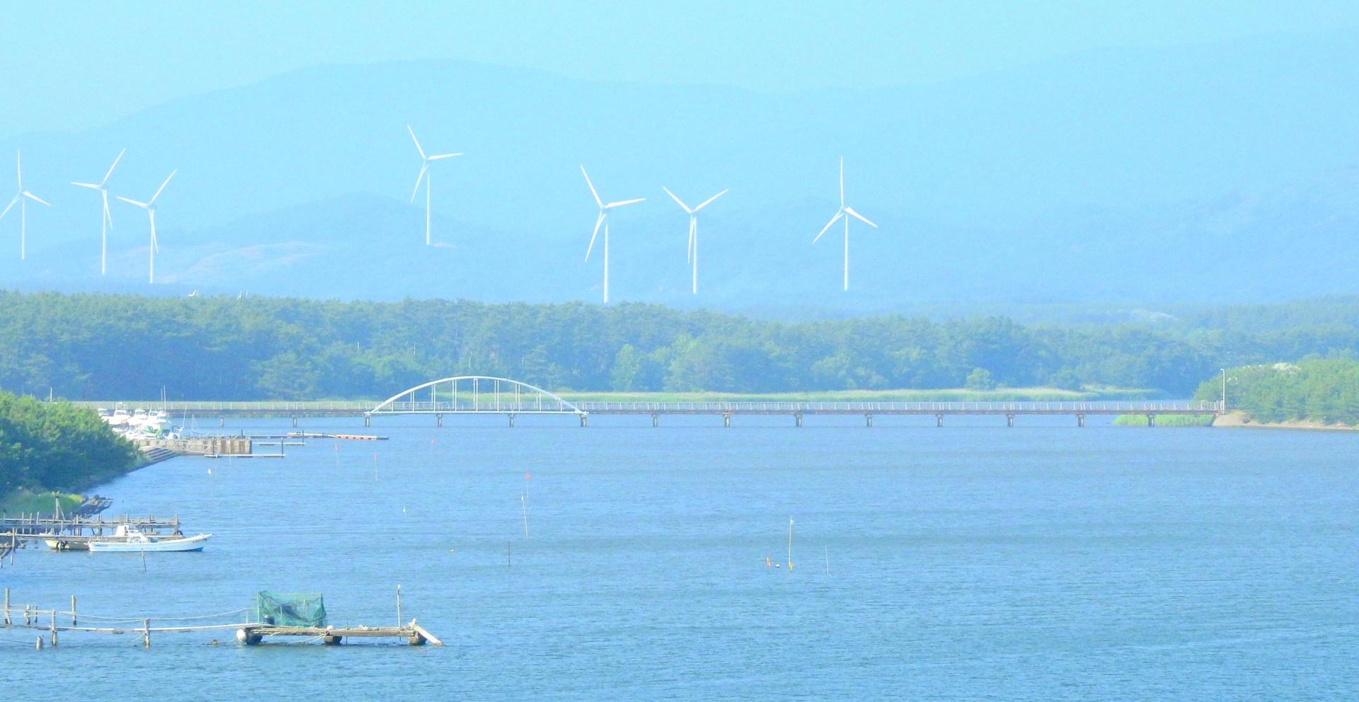 十三湖越しに見た市浦風力発電所